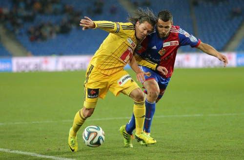 Luzerns Adrian Winter, links, im Zweikampf mit Basels Marek Suchy (Bild: Keystone)