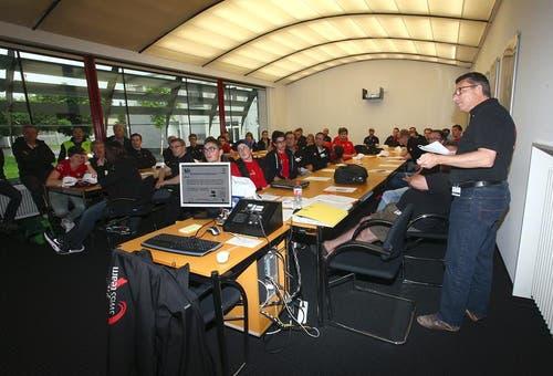 Ueli Müller (rechts), Generalsekretär SwissSkills, instruiert die Kandidaten und Experten. (Bild: pd)