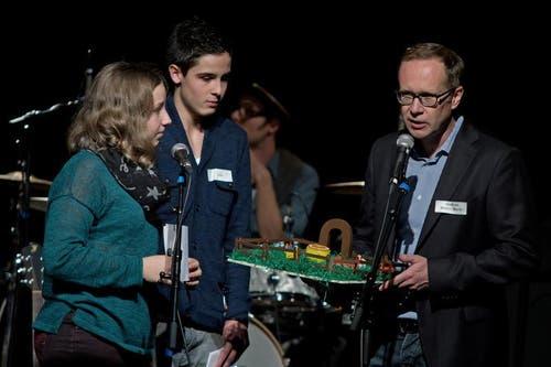 2013: Stadtrat Martin Merki nimmt von Mara Wiedemann und Livio Sabatini, Co-Präsident des Kinderparlaments, die «Saure Zitrone» entgegen. Hintergrund sind die angekündigten Sparmassnahmen bei den Spielplätzen und Grünanlagen. (Bild: Pius Amrein / Neue LZ)