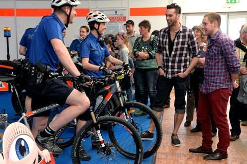 Bike-Polizisten Wermelinger und Sarri präsentieren ihre neue Ausrüstung. (Bild: Nadia Schärli / Neue LZ)