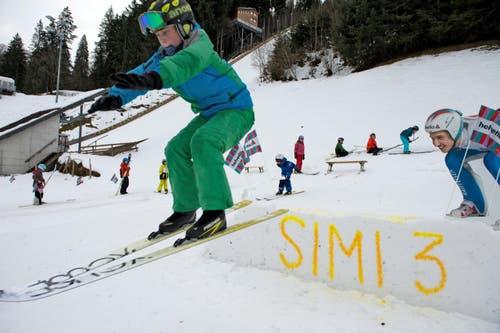 Neben der grossen Sprungschanze üben die Kleinen das Skispringen. (Bild: Nadia Schärli)