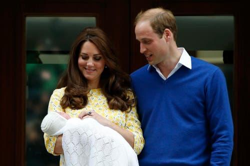 2. Mai: Prinz William und Herzogin Kate zeigen ihr Glück: Ihr Töchterlein, dessen Name zwei Tage nach der Geburt bekannt gegeben wird. Die kleine königliche Hoheit und Prinzessin heisst Charlotte Elizabeth Diana. (Bild: AP Photo/Alastair Grant)