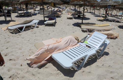 26. Juni: Wieder herrscht Terror in Tunesien. An einem Strand im Badeort Sousse erschiesst ein Mann 38 Menschen. Er hatte seine Kalaschnikow in einem zusammengelegten Sonnenschirm versteckt. (Bild: AP / Jawhara FM)