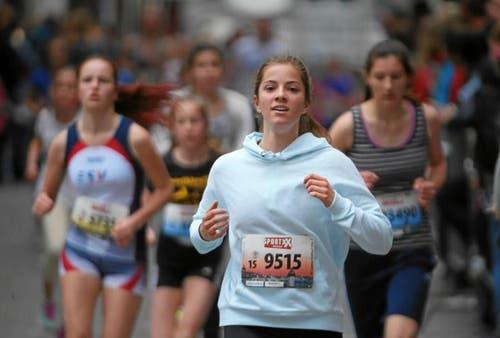 Läuferinnen der Kategorie U18. Vorne im Bild: Miriam Pablé aus Zug. (Bild: Andy Mettler (swiss-image.ch))