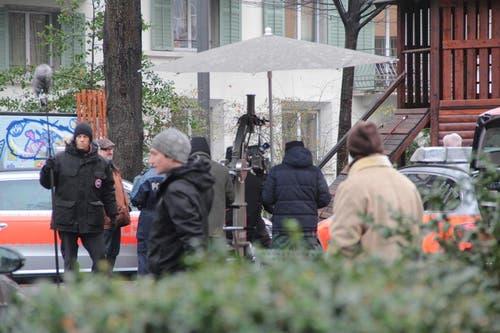 Die Statisten und Schauspieler trotzen dem schlechten Wetter. (Bild: Claude Hagen (Neue LZ))