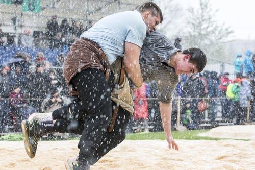 Tobias Fischer (links) und Marcel Meier lassen sich vom Schneefall während des 4. Gangs nicht beeindrucken. (Bild: Keystone / Alexandra Wey)