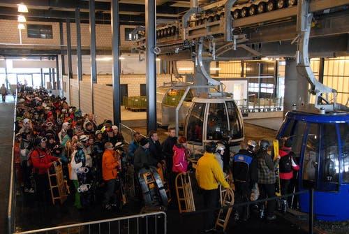 3. Januar 2013: Ansturm auf die Gondeln: Viele Skifahrer und Schlittler wollen auf die Frutt. (Bild: Christoph Riebli / Neue OZ)