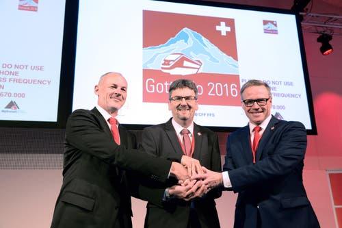 Renzo Simoni, Vorsitzender der Geschäftsleitung der Alptransit Gotthard AG, Peter Füglistaler, Direktor des Bundesamtes fuer Verkehr und SBB-CEO Andreas Meyer (von links) in Castione. (Bild: Keystone / Davide Agosta)