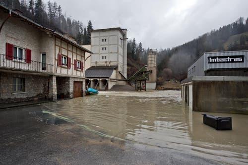 «Das Wasser strömte durch das gesamte Areal unserer Firma», so Geschäftsführerin Brigitte Imbach vom Kies- und Betonwerk Imbach AG. (Bild: Pius Amrein / Neue LZ)