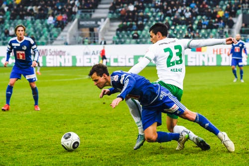 Danijel Aleksic vom St. Gallen, rechts, setzt sich gegen Clemens Fandrich durch. (Bild: Keystone / Gian Ehrenzeller)