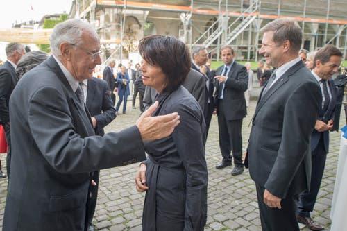 Bundesrätin Doris Leuthard unterhält sich mit Alt-Bundesrat Flavio Cotti. Rechts der Luzerner Regierungsrat Marcel Schwerzmann. (Bild: Urs Flüeler / Keystone)