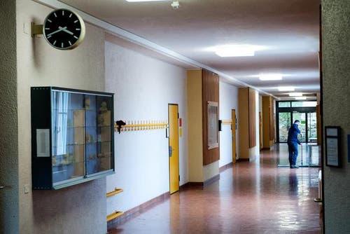 19. Februar: Es wurde bekannt, dass das Schulhaus Staffeln in Reussbühl, Luzern, geschlossen werden muss. Grund: Bei Luftmessungen wurden erhöhte Werte von schädlichen Substanzen festgestellt. (Bild: Boris Bürgisser / Neue LZ)