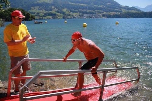 Julien Baillod aus Prilly kommt als erster Schwimmer ins Ziel. (Bild: Irene Infanger / Neue SZ)