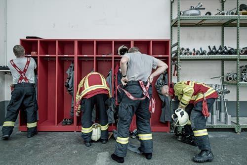 Sechs bis acht Feuerwehrmänner arbeiten pro Schicht von 7 bis 7 Uhr – 24 Stunden am Stück. In dieser Zeit müssen sie immer bereit sein, innerhalb von zwei Minuten im Tanklöschfahrzeug zu sitzen und auszurücken. (Bild: Pius Amrein (Neue LZ))
