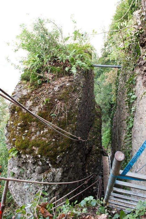 Dieser lose Felsbrocke mussen abgetragen werden. (Bild: Boris Bürgisser / Neue LZ)