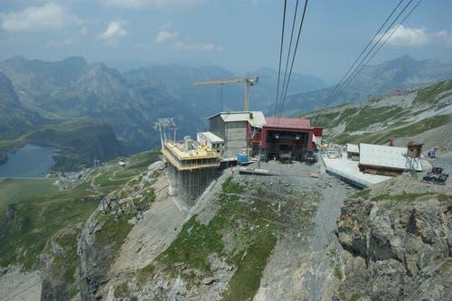 Seit April 2014 wird an der neuen Gondelbahn gebaut. Im Bild: die neue Bergstation Stand mit Blick auf Trübsee. (Bild: Philipp Unterschütz)