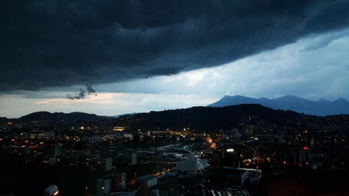 Gewitterwolke über Kriens am Abend des 17. August. (Bild: Leserbild Petra Mölle)
