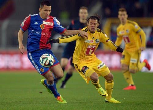 Basels Marek Suchy, links, kämpft um den Ball gegen den Luzerner Adrian Winter. (Bild: Keystone)