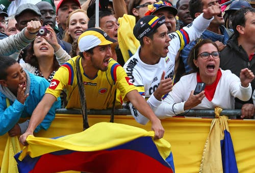 Tausende am Strassenrand in Erwartung des Tour-Tross. Auf dem Bild: Fans des Kolumbiers Nairo Quintana (Bild: AP / Laurent Rebours)