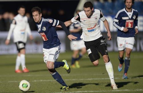 Der Luzerner Jerome Thiesson (links) kämpft gegen Artur Ionita vom FC Aarau um den Ball. (Bild: Keystone)