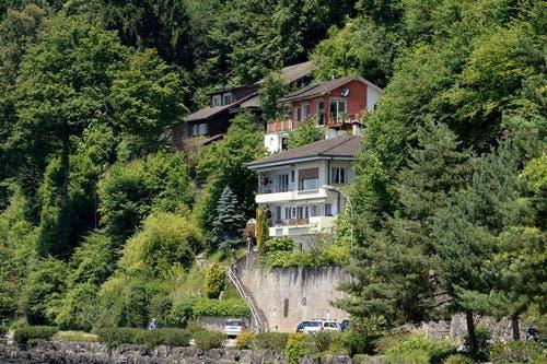 4. Juli 2014: Beste Aussicht auf den Vierwaldstättersee, doch diese Häuser müssen weg. (Bild: Keystone / Urs Flueeler)