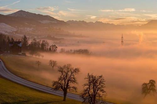 18. Dezember: Der vergleichsweise milde Dezember ermöglichte Leser Rolf Crisovan dieses Foto: Ein Nebelmeer bei Sonnenuntergang in Baar. (Bild: Leserbild Rolf Crisovan)