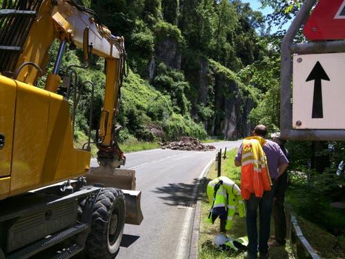 Nur ein Teil des Erdrutsches landete auf der Strasse. (Bild: Geri Holdener / Bote der Urschweiz)