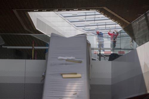 Mitarbeiter bei Kontrollarbeiten am Dach. (Bild: Urs Flüeler / Keystone)