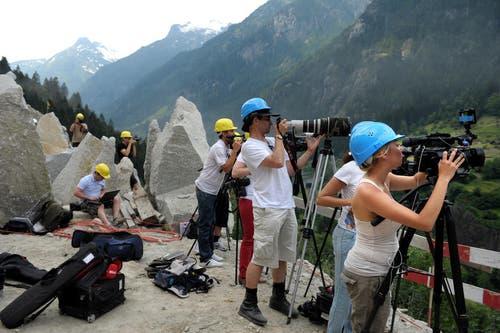 Medienschaffende positionieren ihre Kameras. (Bild: Nadia Schärli/Neue LZ)