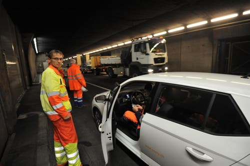 Der Tunnel wird während der gesperrten Zeit auch minutiös inspiziert. (Bild: Urs Hanhart / Neue UZ)