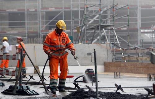 Arbeiter auf der Grossbaustelle des Buergenstock Resorts. (Bild: Keystone)