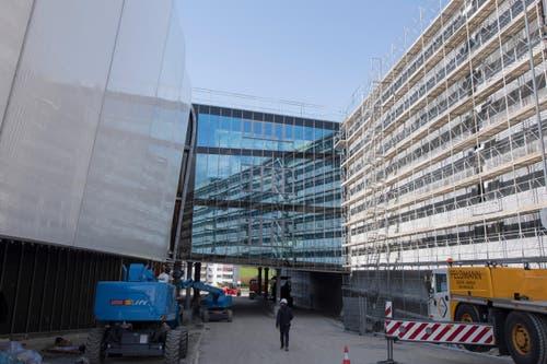 Eine Glasfassade verbindet die «Mall» (links) mit dem Parkhaus. (Bild: Urs Flüeler / Keystone)