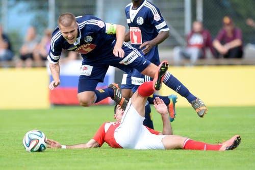 Der Luzerner Claudio Lustenberger (oben) kommt im Spiel zu Fall und segelt über Sergey Parshyvliuk (unten) von Spartak Moskau. (Bild: Keystone / Urs Flüeler)