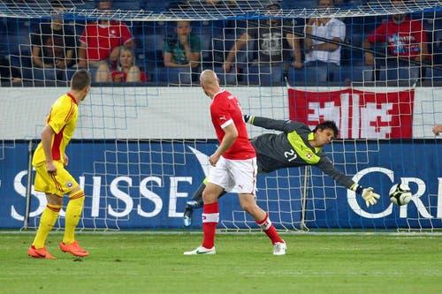 Rumäniens Gheroghe Teodor Grozav (links) erzielt gegen Yann Sommer (rechts) und Philippe Senderos das 0:1. (Bild: Philipp Schmidli / Neue LZ)