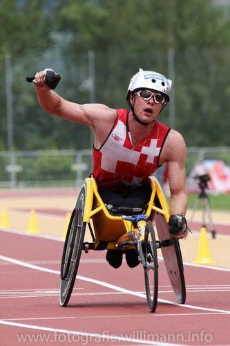 Marcel Hug jubelt bei seinem Sieg über 10'000 Meter. (Bild: Leserin Brigit Willimann)