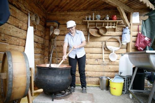 Impressionen von der grossen 1. Augustfeier in Engelberg. Im Bild: Rosmarie Hurschler von der Alpkäserei Hüttismatt zeigt den Besuchern wie man Käse macht. (Bild: Manuela Jans / Neue LZ)