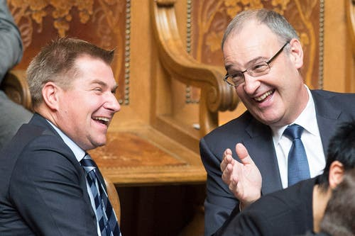 SVP-Nationalrat und Parteipräsident Toni Brunner, SG, links, und Bundesratskandidat und Nationalrat Guy Parmelin, VD, unterhalten sich und haben sichtlich Freude. (Bild: PETER SCHNEIDER)