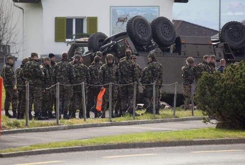 Die Soldaten stehen nach dem Unfall unter Schock und müssen betreut werden. (Bild: Geri Holdener / Bote der Urschweiz)