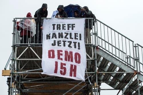 """Zürich: Ein Transparent mit der Aufschrift """"Treff Kanzlei Jetzt! Demo 15h"""" wirbt für die Nachdemo. (Bild: Keystone)"""