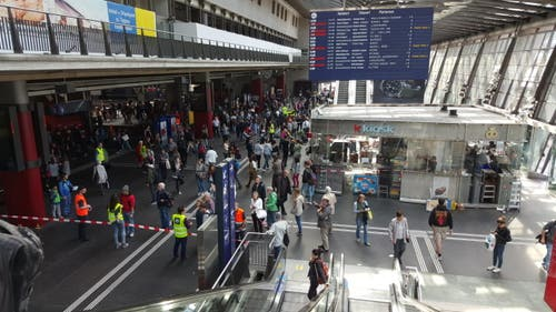 Das hielt der Passant André Schmid fest: Viele Passagiere und viel Bahnpersonal undeine abgesperrte Zone. (Bild: Leserbild / André Schmid)