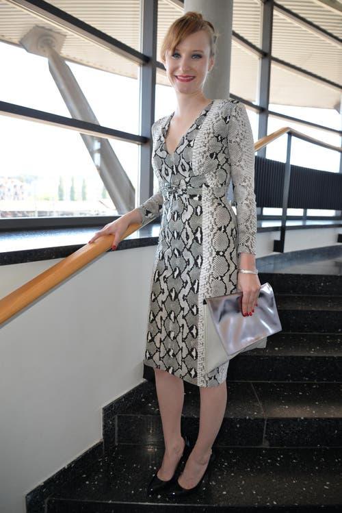 Jasmin Bucher (20), Restaurationsfachfrau, Zug: «Dies war das erste Kleid, das ich bei Grieder in Zürich anprobiert habe und es sass auf Anhieb so perfekt, dass ich mich sofort dafür entschied. Mein Schatz Roman schenkte es mir zur bestandenen LAP. Ein Markenzeichen habe ich nicht, aber ich bin immer fröhlich. Nicht so mein Ding wäre ein Jumpsuit, weil ich mich zu klein dafür fühle.» (Bild: Yvonne Imbach / Neue NZ)