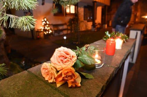 Kerzen und Blumen im Gedenken an Udo Jürgens. In Gottlieben im Thurgau, wo der Entertainer lebte. (Bild: Keystone)