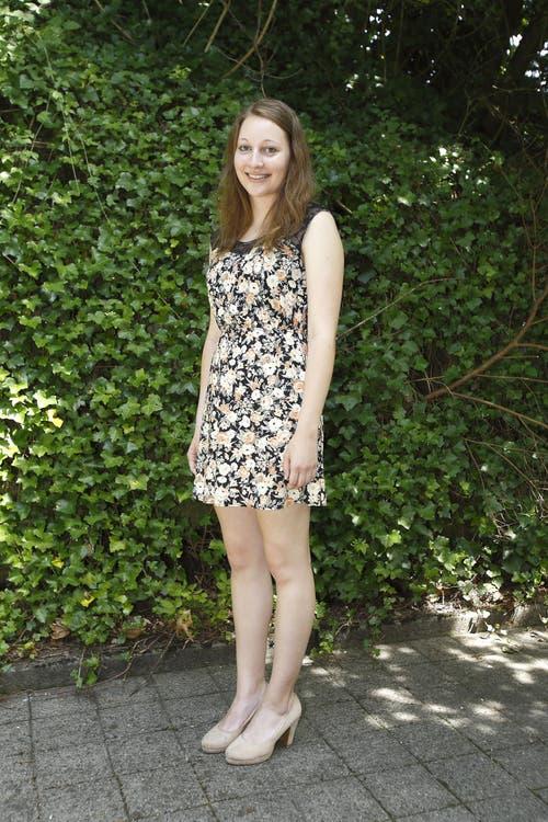 Sabrina Imboden, 18, Köchin, Buochs: «Dieses Kleid kaufte ich extra für die Lehrabschlussfeier, am Tag, als ich erfuhr, dass ich die Lehrabschlussprüfung bestanden hatte. Es gefiel mir auf den ersten Blick. Ich kaufte es in Luzern, auf Beratung war ich nicht angewiesen. Ich bekam schon viele Komplimente zu diesem geblümelten Sommerkleid.» (Bild: André A. Niederberger / Neue NZ)