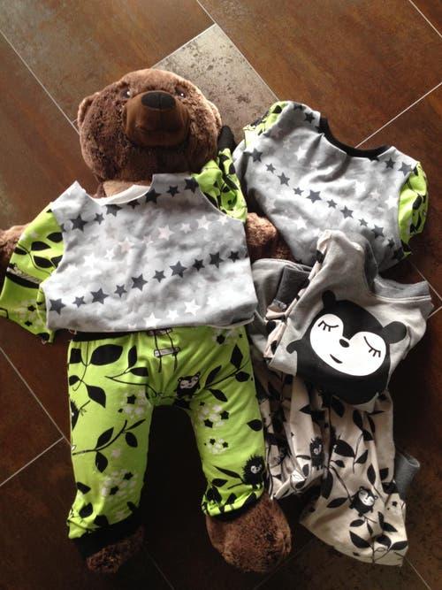 Bei uns gibt es für die Kinder neben ein paar kleinen Geschenken (Spielsachen und Bücher), selbstgemachte Pyjamas. Sogar der geliebte Teddybär (welcher übrigens Jesus heisst), bekommt das gleiche Pyjama wie die Bärenbesitzerin (Partnerlook). Jedes Kind bekommt sein eigenes Pyjama - jedes ein Unikat und Pyjamas kann man IMMER gebrauchen! Naja, das Bild ist jetzt nicht gerade das Beste, aber die Kinder werden sich sehr freuen ...und Mami sitzt noch wie wild an der Nähmaschine, dass auch alles fertig wird. (Bild: zvg)