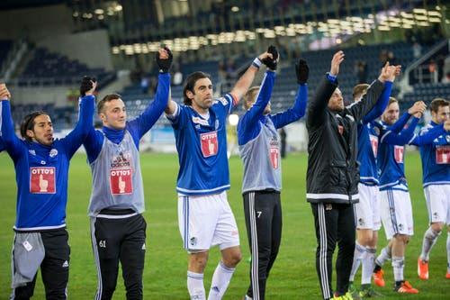 Die Luzerner Spieler jubeln nach dem Schlusspiff mit den Fans. (Bild: Keystone / Dominik Baur)