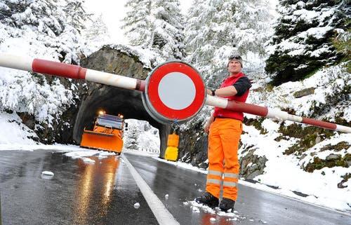 11. Oktober 2013: Der erste Schnee fiel in der Zentralschweiz. Auf dem Bild ist Stefan Baumann vom Tiefbauamt. Er musste den Sustenpass früher als üblich schliessen. (Bild: Corinne Glanzmann / Neue LZ)
