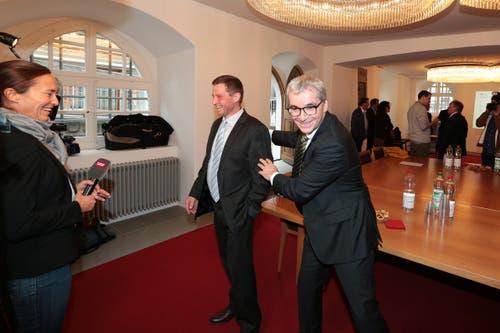 Der Unterlegene André Windlin, links, und der Sieger der Wahl, Erich Ettlin Sieger bei Interviews. (Bild: Roger Zbinden / Neue LZ)