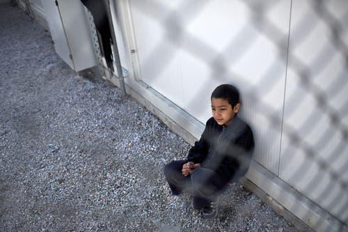 Ein Knabe wartet in Moria auf seine die Registrierung. (Bild: AP/Marko Drobnjakovic)