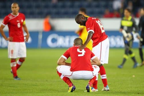 Enttäuschte Nationalspieler Innocent Emeghara (rechts) und Eren Derdiyok. (Bild: Philipp Schmidli / Neue LZ)