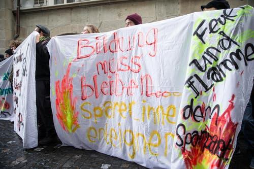 «Bildung muss bleiben, SparerInnen enteignen» war auf den Plakaten zu lesen. (Bild: Manuela Jans-Koch)